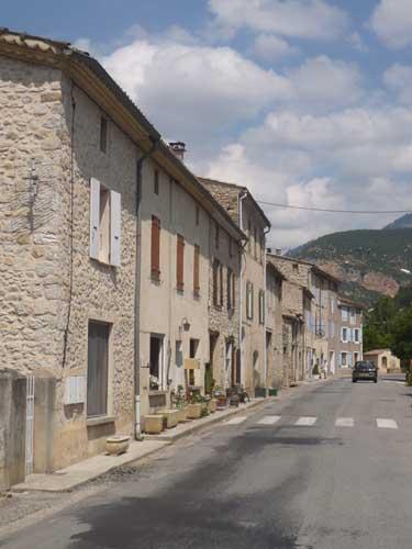 Photographie de La rue principale de Saint-ferreol-trente-pas