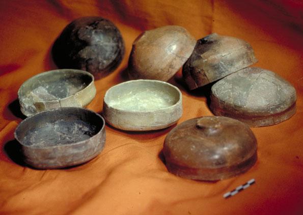 Découverte de poteries et de vases dans un gisement archéologique